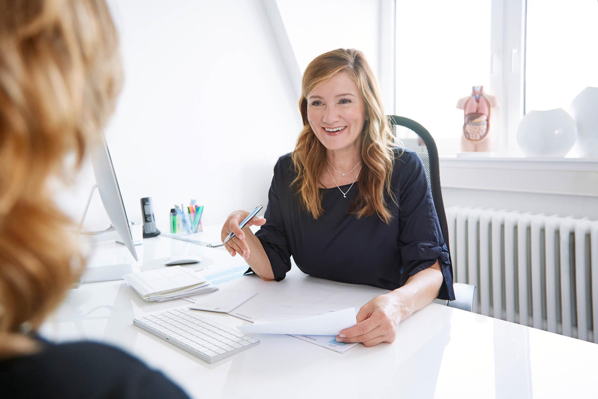 Daniela Elena Laubinger im Kundengespräch